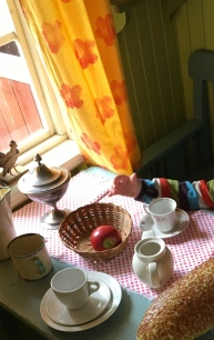 Auch hier sitzen die Hauptdarsteller mit den Kindern am Tisch .. sie sprechen natürlich Schwedisch. Aber das ist gar nicht schlimm, die Kinder wissen eh wie Pfannkuchentorte geht :).
