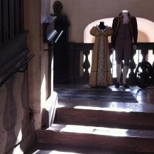.. die Treppe hinab