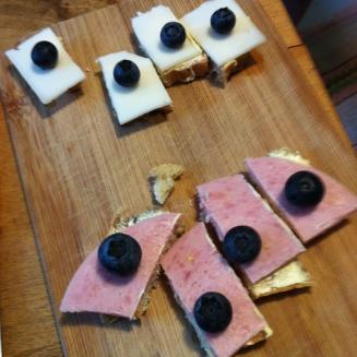 Herrlich auf dem Vanille-Kardamom-Brot: fruchtiger Belag ..