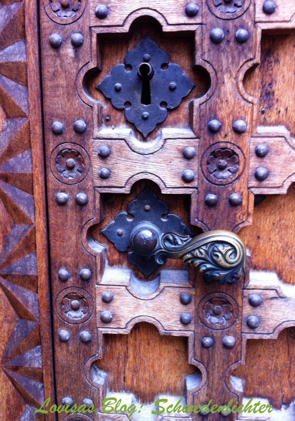 braune reich verzierte Holztür mit gusseiseren