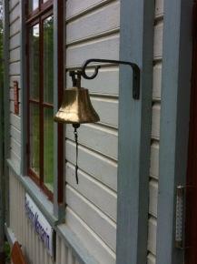 Glocke für die Abfahrt .. und alle winken!