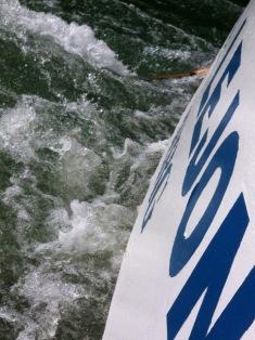 Lauter Motor, rauschendes Wasser