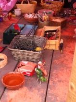 Weidenkörbe mit Holzkugel und Bastelmaterialien aus der Natur in der Kinderecke.