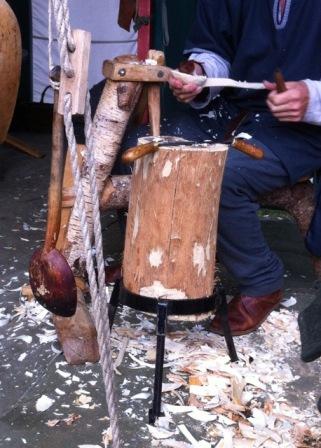 ein alter Mann macht Holzlöffel von Hand.