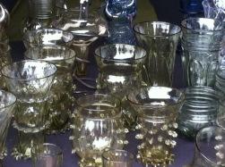 .. die grünen Gläser haben herausgezogene Spitzen und ein ganz besonderes Dekor.. feine Durchsichtigkeit.