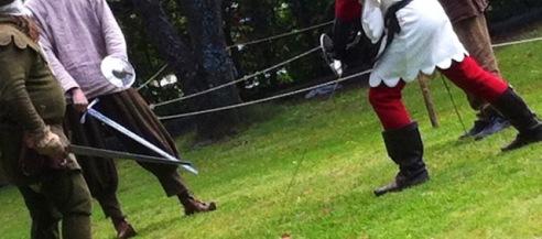 Die Herren dürfen ihre Eisen schwingen und sich in die Schwertkunst einweisen lassen.
