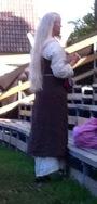 lange weiße Haare fallen dieser Maid den Rücken bis zur Hüfte hinab .. sehr viele Leute sahen wunderbar mittelalterlich aus.