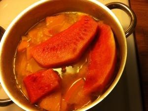 Tpof mit Kürbis gekocht und großen Melonenstücken fertig zum Pürieren