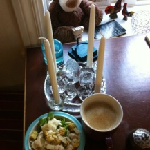 KAFFEE und ein GlasWeihnachtskranz mit GlasTrollfamilie mit drei Trollkindern