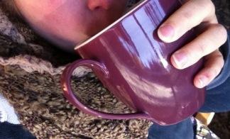 Kaffee aus der lila Riesentasse