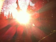 Sonne strahlt orange malt rote Flecken auf das Bild