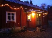warmes Lichtkettchen am Haus