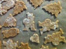 dünne knusprige Pfefferkuchen auf dem Blech Herz Bäume