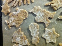 dünne knusprige Pfefferkuchen auf dem Blech Weihnachtsmann, Stern Schneemann, Tanne