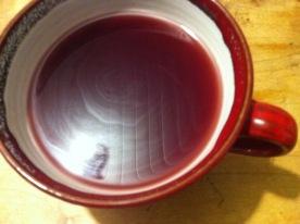 rote Keramiktasse .. rotleuchtender Inhalt: Glögg